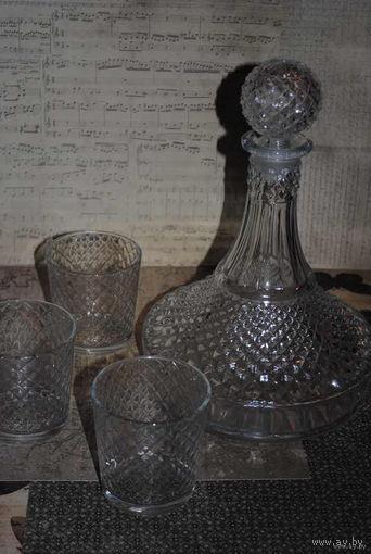 """Винтажный графин и три стаканчика к нему: """"Новогодняя Ночь"""" (стекло) СССР, 40-50е годы ХХ века. Сохранность идеальная, - есть родная графинная пробка-!"""