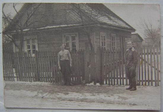 2 здымкі савецкіх вайскоўцаў каля хаты