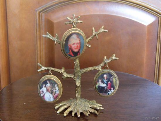 Царизм. Старинное деревце с медальонами фоторамками.