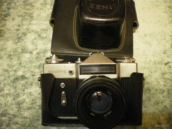 """Фотоаппарат """"Зенит Е"""" с Гелиос-44-2."""