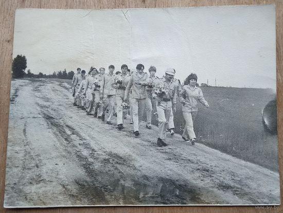 """Студенческий стороительный отряд 1970-х. Фото 1971 г. Узда. """"Отряд """"Рубикон"""" 9х12 см"""