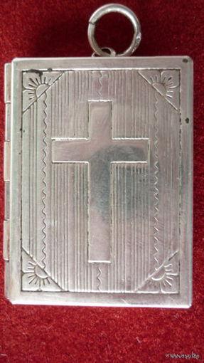 Серебряный медальон для фото, раскладной, 925 пробы, весом около 7 гр. Размер 3,5см х 2,7 см.