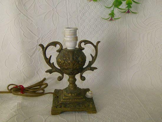 Старенькая настольная лампа.Бронза, высота 15  см.