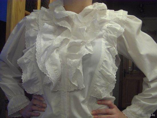 Блузка белая с жабо