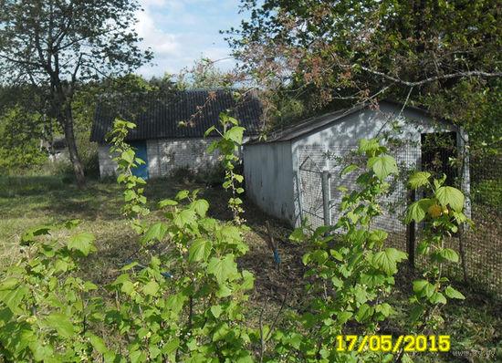 Хутор на берегу, до р. Дитва  80-200 м., в 16 км. от г.Лида. Дом деревянный, обложен кирпичом 8х8 м. с пристроенным блочным гаражом + железный гараж.Всё огорожено пром. сеткой.
