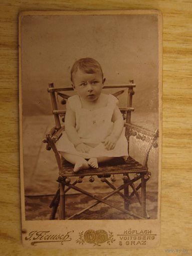 Фотография, дети: портрет младенца на стуле, г. Грац, Австро-Венгрия, рубеж 19-го и 20-го веков